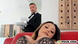 الزوجة المحرومة ذات البزاز الكبيرة تتناك من الخادم الذي رائها تستمني بحرارة