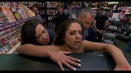 نيك جماعي في متجر الالعاب الجنسية امام المشترين