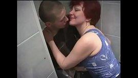 الام الروسية تهيج على ابنها في الحمام