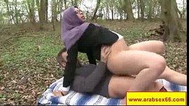 جزائرية محجبة تركب زبر فرنسي في الحديقة