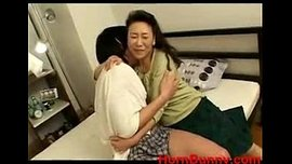 الأم اليابانية تواسي ابنها بالنيك