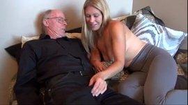 الرجل العجوز ينيك مراته الشابة الهائجة