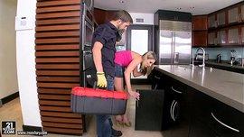 عامل الصيانة ينيك المدام في المطبخ بعد ما هاج عليها