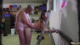 اب ينكح بنته الشرموطة اللذيذة و يدخل لها زبه في الكس و الطيز في نيكة نار
