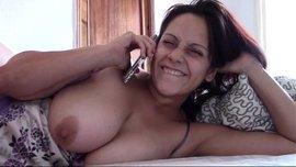 الام ذات النهود تستمني و هي ساخنة جدا و تتكلم في التلفون