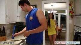 ليلة مملة تتحول الى ليلة ساخنة مع جاري المتزوج الوسيم