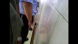 شواذ ممحونين في مرحاض عام و مص ساخن جدا