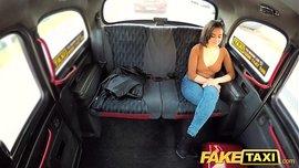 فتاة شرموطة ملتهبة تتفرش في تاكسي و تصل إلى الرعشة
