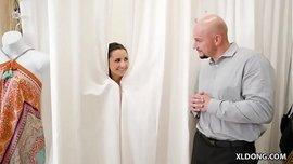 عرض سكس ويب كام في غرفة تغيير الملابس ينتهي بالنيك في مكان عام