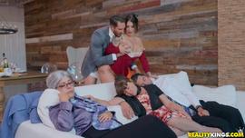 الشرموطة تتناك من حبيبها فى عيد الشكر بوجود عائلتها بالغرفة