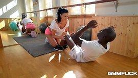 شاب أسود يتحرش بالمدربة الساخنة و ينيكها في صالة الجيم