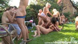 حفلة نيك هواة في الهواء الطلق مع كل فنون النيك والجنس