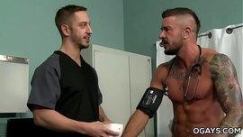 المريض الشاذ يحتاج إلى زب الطبيب في طيزه