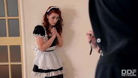 نيك الخادمة ذات الشعر الأحمر من اللص خلال السرقة