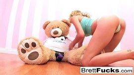 فتاة شقراء تلعب بالزب المطاطي وتقعد فوقه