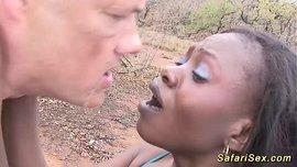 نيك أفريقية سمراء من رجل أبيض في البراري