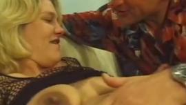 حامل شقراء وقحة هو الحصول على الديك ضخمة في الثدي لها في نفس الوقت