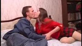 امرأة سمراء ذات أظافر حمراء ومؤخرة كبيرة لا تشبع ، تحب ألانا الطريقة التي يلعقها بها شريكها في الغرفة