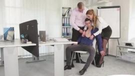 سيدة وشم ترتدي فستانًا أزرق ، آلانا لين تستمني على كرسي المكتب كل يوم
