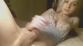شقراء نحيفة مع الثدي الصغيرة تحب ممارسة الجنس الشرجي ، من حين لآخر ، حتى انها cums