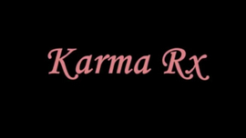 تصرخ Karma RX من المتعة ، في حين أن واحدة من طالباتها المشاغبات تمارس الجنس معها مثل الجنون