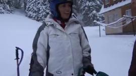 امرأة سمراء مفلس في جوارب بيضاء مص ديك