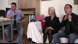 امرأة شقراء ناضجة ، كارول لديها الثدي حسي ويحب ممارسة الجنس ويستحق الديك الثابت