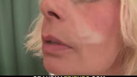 امرأة شقراء مثيرة ورجل قابلته للتو على وشك ممارسة الجنس في مكتبها