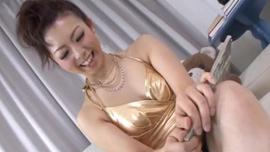 تنهض الفتاة الآسيوية إذا حصلت على أكثر من بضع دقائق من المتعة في فترة ما بعد الظهر