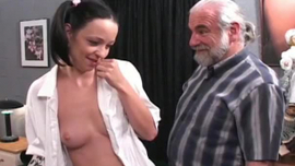 تحطيم امرأة شقراء بمؤخرة كبيرة مستديرة تمارس الجنس اللطيف مع أصدقائها