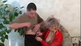 السمين شقراء جبهة مورو مع الحلق العميق على وشك ممارسة الحب مع امرأة سمراء الانتظار