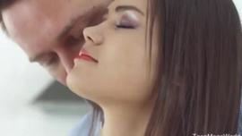 يتم امتصاص فاتنة سمراء جديدة نيكي راي ومارس الجنس من قبل أوبري ستار على الأريكة