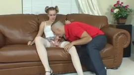 في سن المراهقة Pigtailed لديها مغامرة الجنس الشرجي مشبع بالبخار ، لتلبية رغباتها الجنسية المكثفة