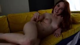 اغراء شقراء الهواة البرية ، والد أفضل صديق لها ومارس الجنس معه في غرفة نومه الخاصة