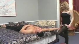 امرأة هواة حقيقية ممارسة الجنس على الشاطئ