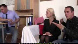 امرأة شقراء ناضجة مع كبير الثدي ، داني دانيلز يمارس الجنس العرضي مع بستاني وسيم