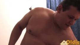 شقراء ألمانية حسية تحصل على جرعتها اليومية من اللعنة في غرفة الفندق ، بينما يعمل زوجها