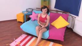 فاتنة شقراء مثيرة في ثوب وردي ، Bambi Jade تحصل مارس الجنس في سريرها العملاق