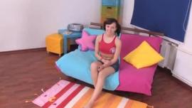 فاتنة شقراء مثيرة ، يحب كينا جيمس أن يكون ممتعًا مع معلمها قرنية ، في غرفة نومه