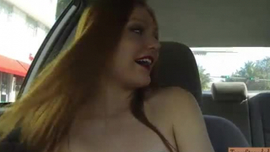 يلعب أحمر الشعر في سن المراهقة مع بوسها الرطب أمام كاميرا ويب والاستمتاع بها