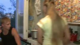 تفعل المراهقة الطازجة كل ما يمكنها التفكير فيه لإرضاء الرجل الذي يملأها