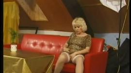 بدأت امرأة شقراء غريب في جوارب سوداء اللعب مع ديك الثابت صديقها ، بينما كان يراقبها
