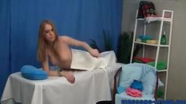 فتاة عارية تحصل مارس الجنس في الصباح الباكر وتئن من المتعة أثناء هزات شديدة