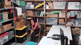 فتاة لاتينا لم تخلع حذائها بينما كانت تقلع ملابسها الداخلية ، في الاستوديو الخاص بها