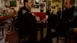 غالبًا ما يستخدم ضباط الشرطة الغريبون الألعاب الجنسية كجزء من عملهم ، في كل مرة