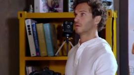 رينالدو فيوري يستحم موكله على كاميرا الويب