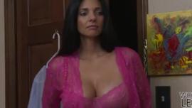 ميندي مينك هي شقراء كبيرة غير قادرة على التراجع عن الغش على زوجها
