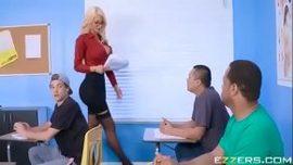 الطالب الملاعين المعلم طويل القامة مع الصدور الكبيرة