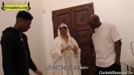 الامير العربي الديوث يشاهد الزنوج وهم ينيكون زوجته