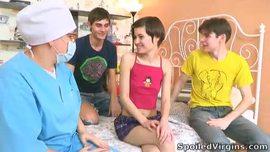 شباب مع بنت بيروحو للدكتور يكشفو علي كسها